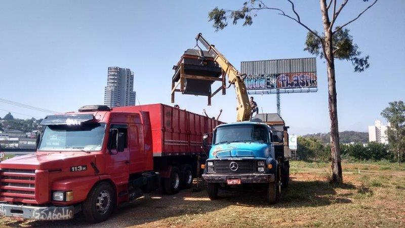 Transporte de máquinas com caminhão munck